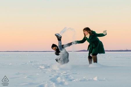 Una pareja de MN corre para calentarse mientras se resbala en el lago Mendota | Sesiones de fotografía de compromiso
