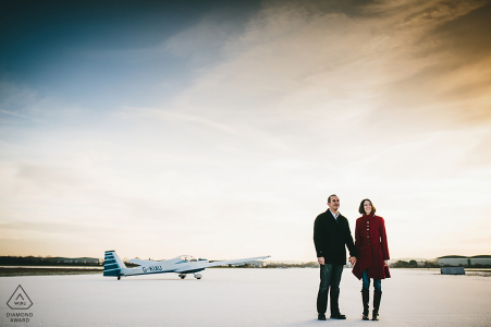 East Midlands - Verlobungsporträts eines Paares am Flughafen mit Flugzeugen Northamptonshire-Fotografenvorhochzeitsfotografabbildungen