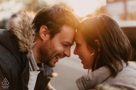 Coucher de soleil de fiançailles avant un mariage d'un couple à Central Park, NYC