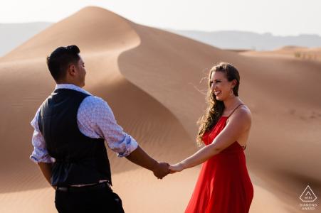 Photographie de fiançailles de mariage dans le désert de Dubaï   Photographe portraitiste emirats arabes unis