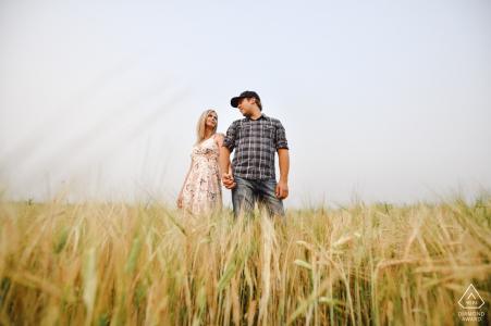 Photo de portrait de pré-mariage de l'Alberta avec un couple dans un pré d'herbes | Photographie de mariage au Canada
