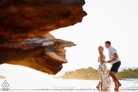 Fotos de una pareja en la playa en Puerto Vallarta por un fotógrafo de bodas de Jalisco.