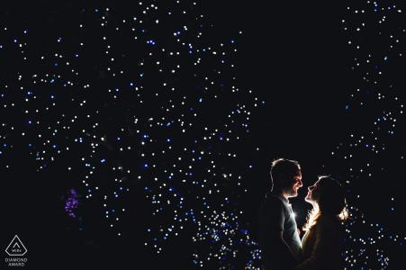 Séance photo de fiançailles en Espagne d'un couple la nuit avec un ciel sombre   Photographe de Madrid