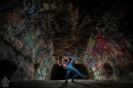 Minnesota: photos d'un couple en train de jouer dans une grotte par un photographe de mariage haut de gamme à Minneapolis