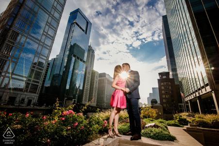 Retrato urbano del compromiso de Chicago con los edificios altos, el sol y las nubes.