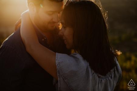 Portugal-Melhores-Portraitsitzung mit Paaren bei Sonnenuntergang mit warmem Licht.
