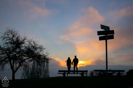 Seattle, WA Portrait de fiançailles créative avec des panneaux de signalisation au coucher du soleil