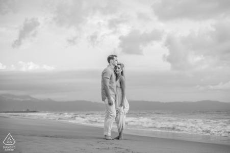 Nuevo Vallarta, México Sesión de retratos previos a la boda en la playa en blanco y negro