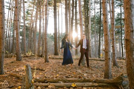 Session de photographie de fiançailles à Portland, Maine, dans les bois avec la lumière du soleil et des arbres
