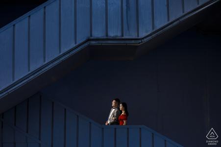 Verlobungsschießen auf den Straßen von Istanbul mit blauer Treppe und rotem Kleid