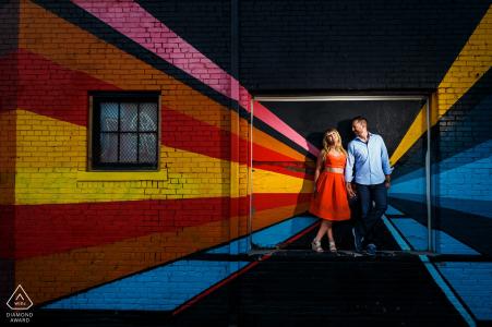 Denver, CO Vorhochzeits-Portraits | Ein Paar teilt sich einen Moment vor einem wunderschönen Kunstwandgemälde in der Innenstadt von Denver für ihre städtische Verlobungssitzung.