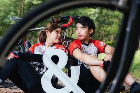 Taiwán Hualien Amantes de la bicicleta: retrato de una joven pareja atlética a través de los radios de una bicicleta