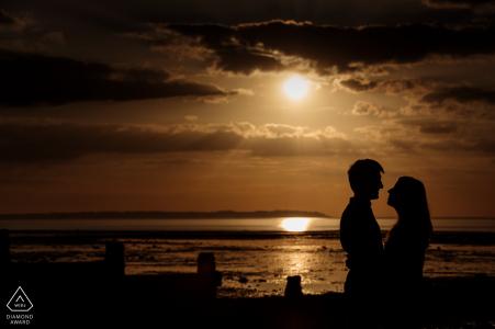 Il tiro di fidanzamento al tramonto in spiaggia a whitstable, Kent, Regno Unito