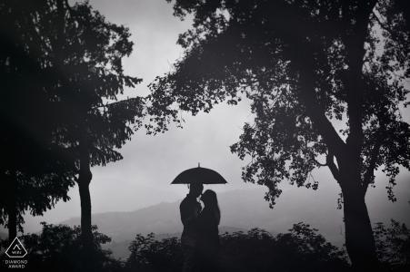 Sesión de compromiso de retratos de silueta - Foto de compromiso de Frosinone con pareja, paraguas, árboles y una vista