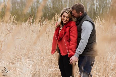 Una giovane coppia innamorata ha i loro ritratti pre-matrimonio creati a Stanwick Lakes, nel Northamptonshire