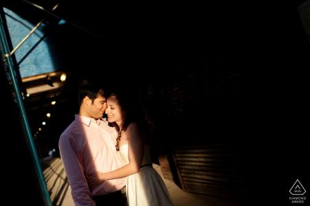 Couple en surbrillance dans la rue - photographe de mariage en pré de Rhode Island