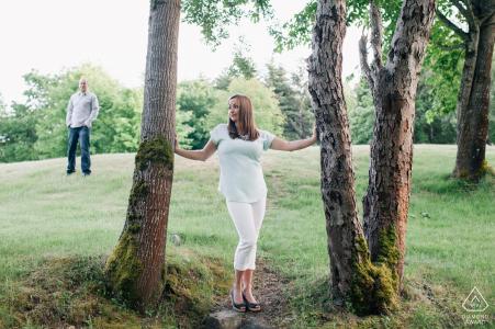 Sesión de compromiso en el oeste de Washington - Hermosa pareja en los árboles