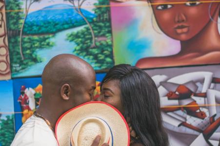Art Kiss - Photo d'engagement du Massachusetts derrière le chapeau