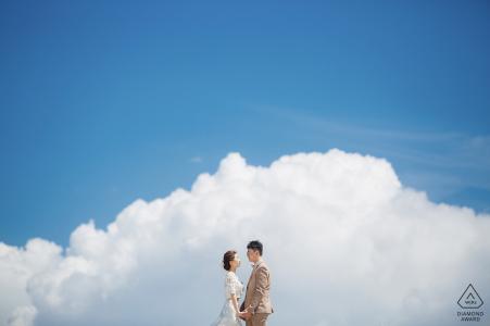China Love - Photographie de fiançailles avec un couple dans les nuages