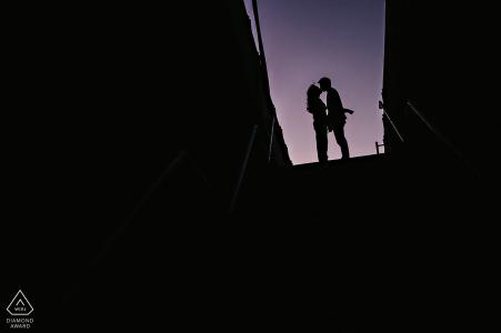 Séance de fiançailles au pont de Brooklyn - portraits de pré-mariage DUMBO en silhouette