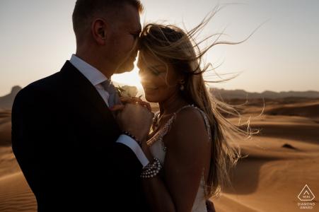 Désert de Maleiha, Dubaï - Séance de pré-mariage dans le désert avec un vent chaud qui lui souffle les cheveux