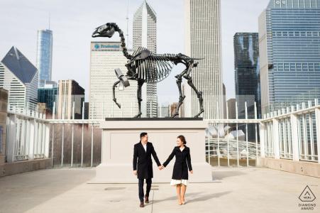 Chicago, IL portraits de pré-mariage - Le squelette de dinosaure sur le toit.