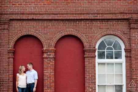 Verlobungsporträts von Boston, MA - Paare in ausgeblendetem rotem Fensterrahmen