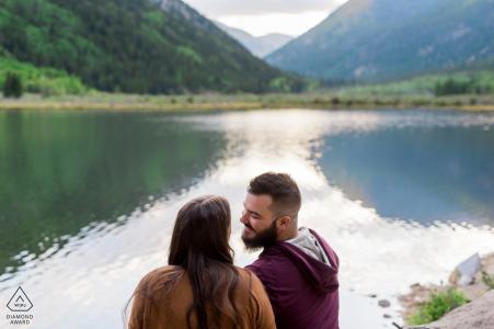 Séance de fiançailles du lac Cottonwood à Buena Vista, CO - portraits de mariage précédant le mariage au bord de l'eau