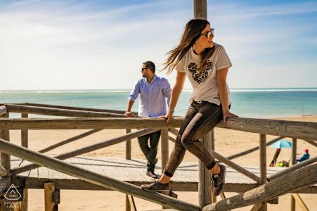 Sesión de fotos antes de la boda en Rota, España, en el malecón de la playa
