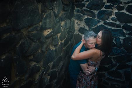 Baltimore, Maryland Couple embrassant avec émotion | vous sentez l'émotion de combien de temps ils ont attendu pour se retrouver