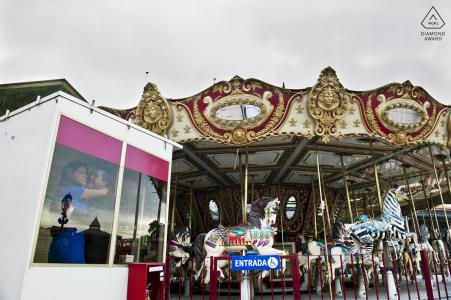 Carrousel engagement portrait session - Love at the park