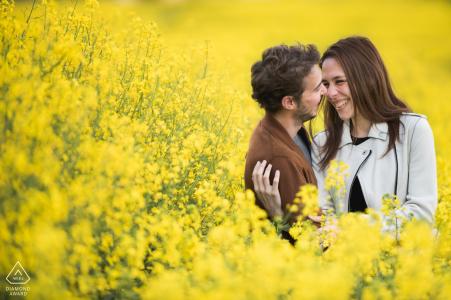 Agen, France Engagement Portrait avec les grandes fleurs jaunes