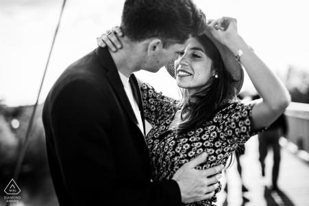 Portrait noir et blanc de fiançailles d'un couple se tenant à Agen, en France.