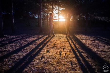 Photo de fiançailles d'un couple dansant au cours de leur séance alors que le soleil se couchait à l'Ile de Ré, en France.