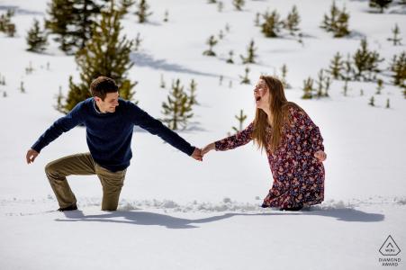 Retrato de compromiso de Sapphire Point - Reacciones después de caer en la nieve durante su sesión de compromiso en Dillon