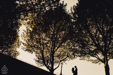 London Colour Portrait Portrait Session - Image d'un couple se profilant dans le ciel avec des arbres