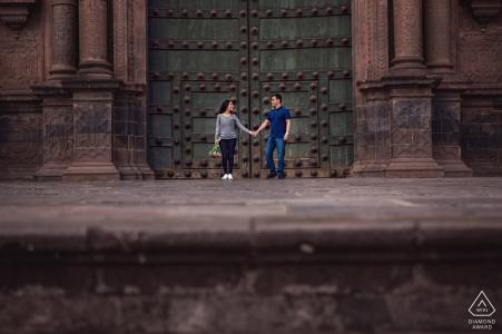 Cusco, Pérou Séance de photographie de l'engagement avec un couple à Cusco, au Pérou, devant la cathédrale de la Place des Armes