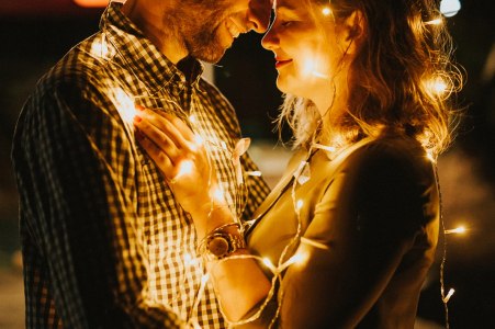 Topoľčany, Slovaquie - un couple s'endort de lumières tout en s'embrassant pour sa séance de photos de fiançailles