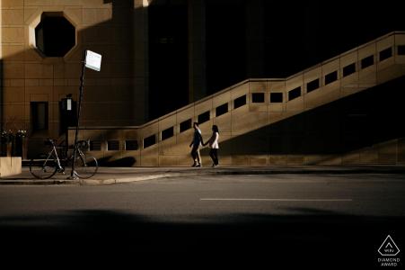 """Photographe de portrait de fiançailles de Chicago: """"J'ai demandé au couple de marcher dans la rue. Et la lumière et l'ombre les ont accentués."""""""