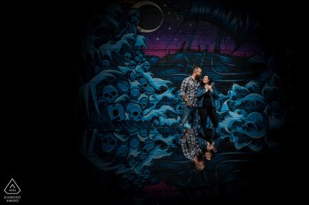 Minneapolis, Minnesota Portrait de fiançailles pour couple devant une peinture murale