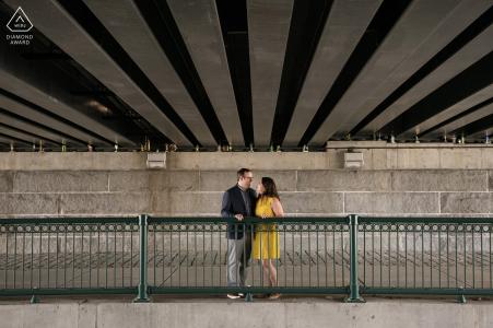 Cambridge, Massachusetts Engagement Portraits | Wide shot onder brug