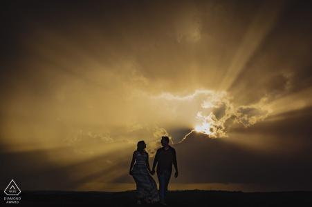 Arabia Mountain, Georgia | Sonnenstrahlen brechen durch die Wolken für dieses kreative Verlobungsporträt