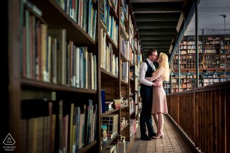 Pareja comprometida besándose en la biblioteca de Bovendonk antes del retrato de boda