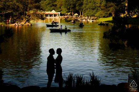 Verpflichtungssitzungs-Paarporträt im Central Park mit Wasser und Booten
