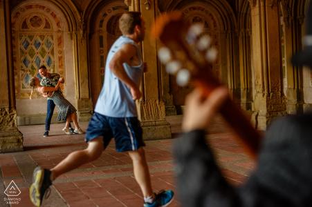 Central Park-Tanzen in Bethesda Terrace während der Verlobungs-Porträt-Sitzung