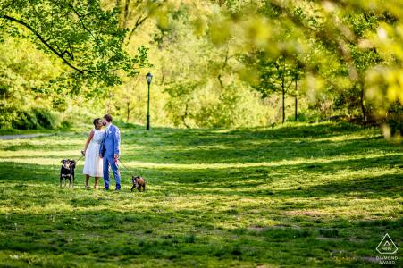 Pareja pasea a sus perros en Central Park durante la sesión de compromiso
