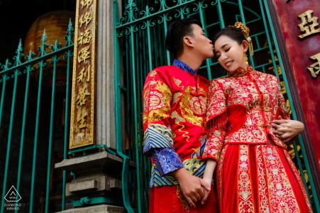 Ho Chi Minh Ville - Ce photographe de fiançailles a photographié le portrait d'un couple tenant la main à l'extérieur d'une porte