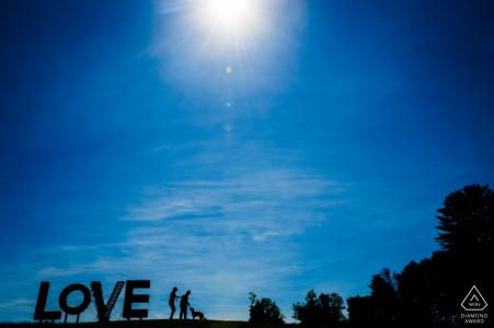 Sesión de compromiso de Leesburg Virginia en Love Sign - Virginia es para los amantes