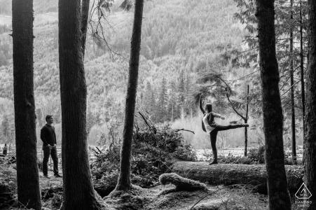 Carbonado, WA Sesión fotográfica de boda previa | Un hombre mira a su futura esposa mostrar sus habilidades de ballet en las montañas