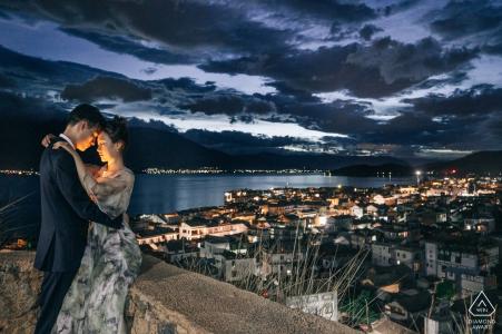 Dali, Yunnan, China Verlobungsshooting - Auf der Straße von Dali die Nachtansicht der Stadt und des Paares
